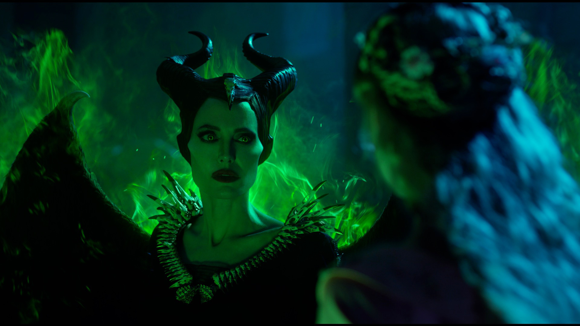 《黑魔女2》裘莉銀幕前大戰美魔女 幕後攜手菲佛遊城堡宛如小粉絲