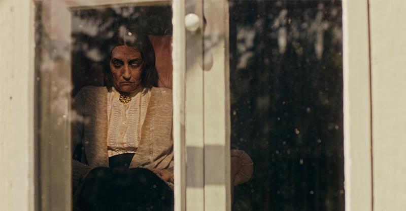超現實主義鬼片《窗中的女巫》誕生 阿莉加巴利吉斯化身邪惡女巫嚇壞小朋友