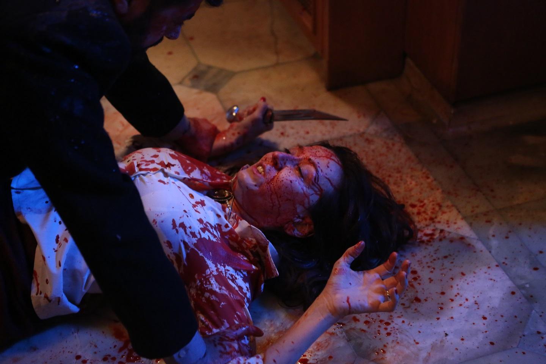 《戰慄魔胎》女主角搭檔腹肌混血帥哥 血腥X液體尺度大開