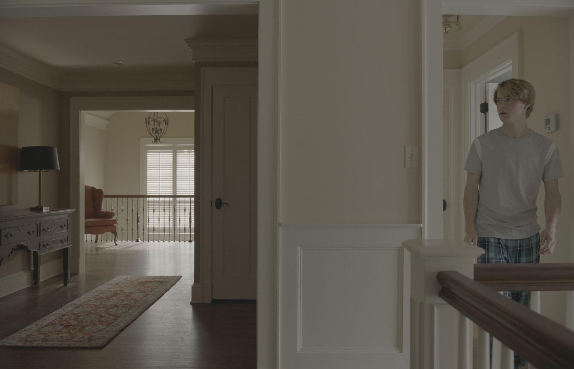 《搞鬼》片場「潛規則」全劇組手機關靜音怕受驚 海倫杭特半夜頂高燒敬業演出