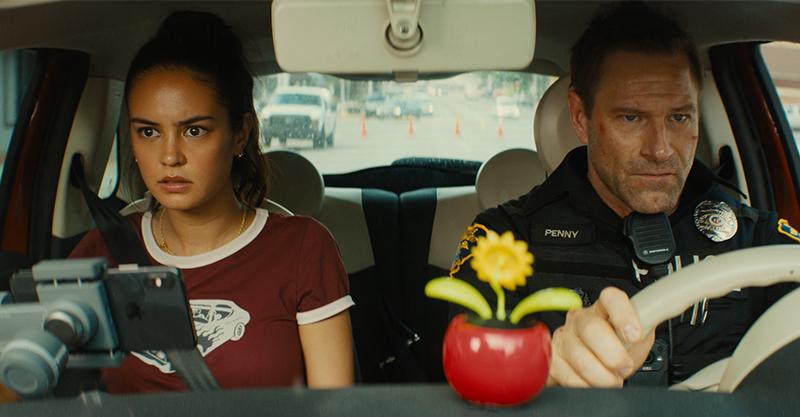 《絕命直播》最強綠葉亞倫艾克哈特變身超猛警官 爆破、槍戰、飛車追逐全都來