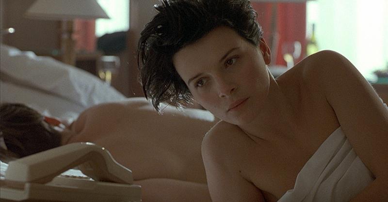 《烈火情人》茱麗葉畢諾許全裸套風衣 巴黎街頭「野戰」奧斯卡影帝!
