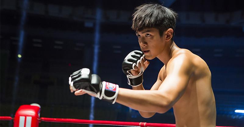《打噴嚏》柯震東拳擊勝率永遠「+0」 裸上身「廢到底也不怕」的熱血一拳英雄