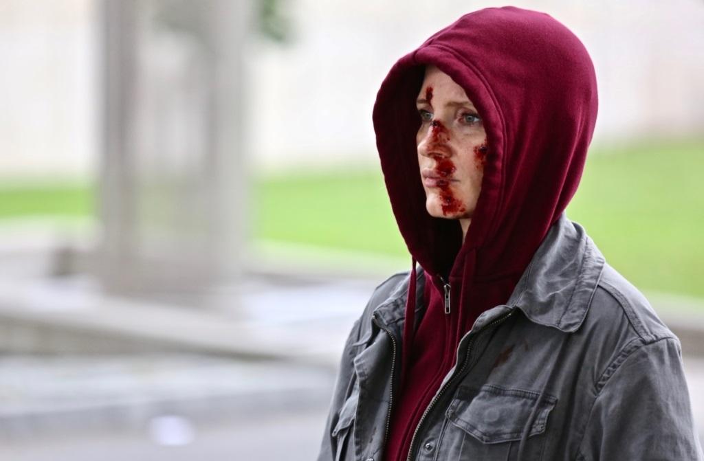 《追殺艾娃》柯林法洛狠槓潔西卡雀絲坦 動作場面「來真的」成新一代「女殺神」