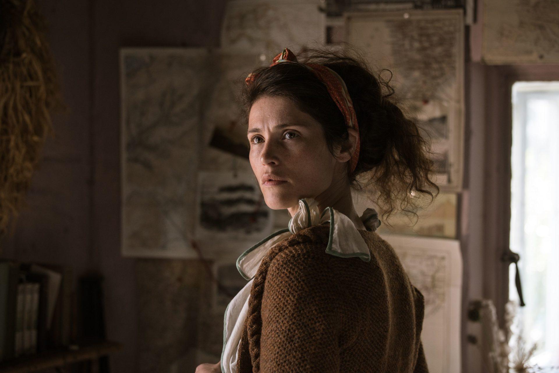 《女巫獵人》性感女巫潔瑪雅特頓素顏上陣 化身《戀夏時光》邋遢憤青女作家