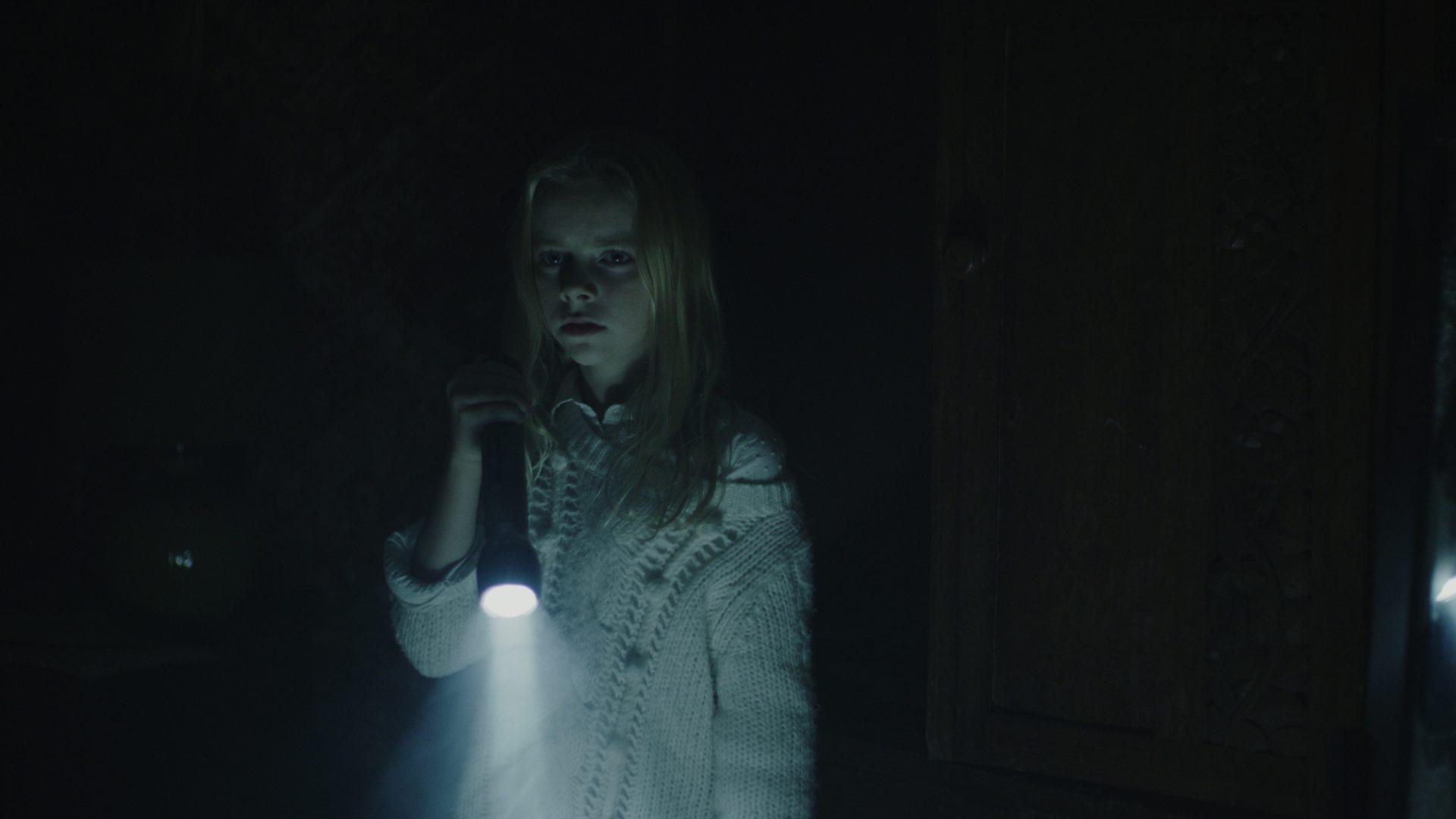 《捉魂鏡》孤兒姊妹寄宿阿姨家小妹中邪殘殺鄰居 《陰屍路》活屍小女孩「不敢看鏡子」