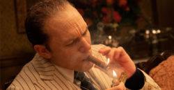 「蒙面男神」湯姆哈迪化身《疤面教父》秀精湛「眼」技 粉絲羞喊:帥到難以專心!