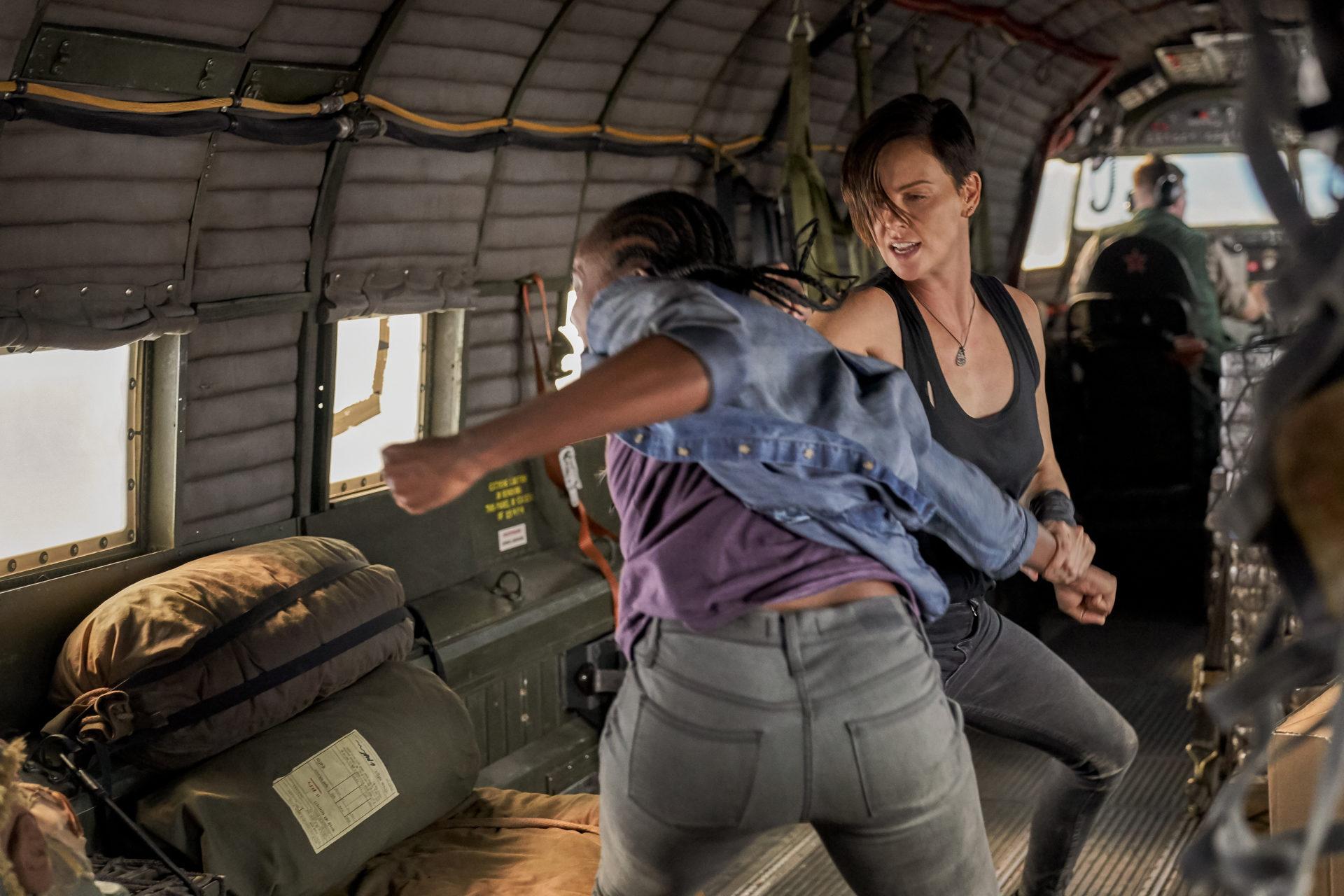 《不死軍團》莎莉賽隆成基努李維師妹 咬牙鍛鍊4個月磨出完美身手