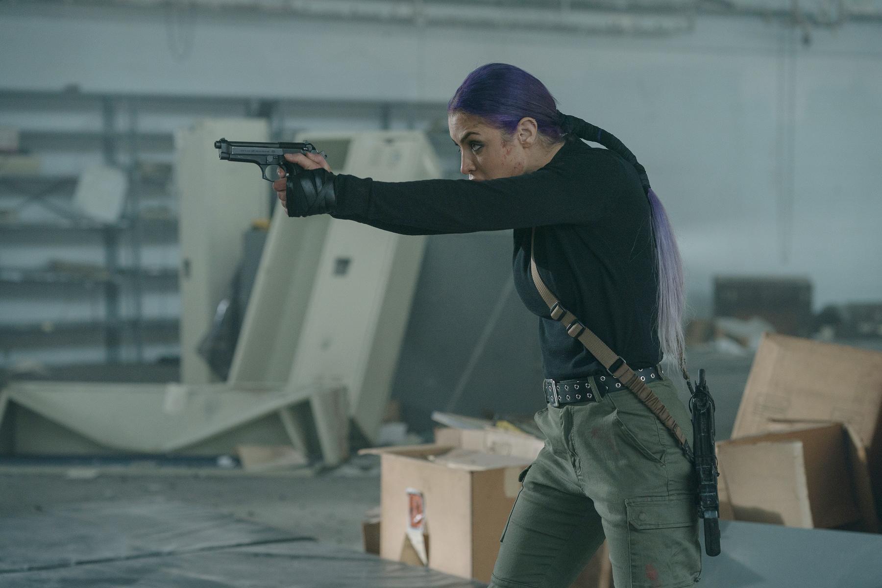WWE健美女星提槍抗敵 《綁票追殺令》挑戰10天槍林彈雨拍攝