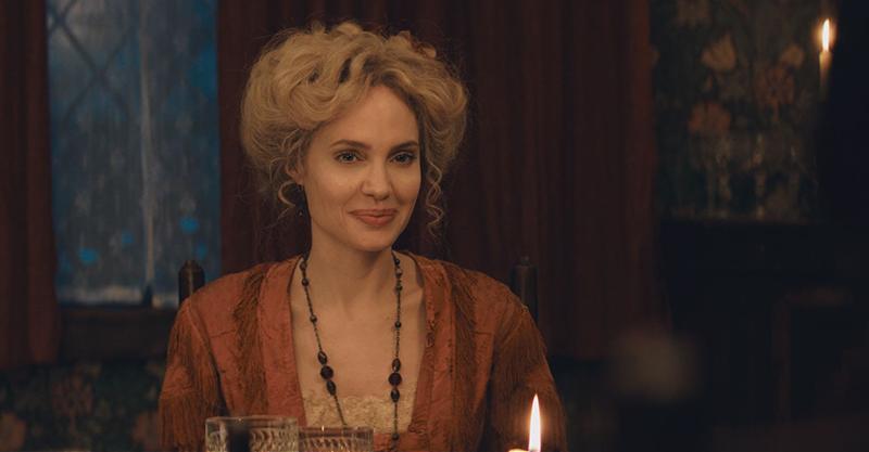 《愛麗絲與夢幻島》安潔莉娜裘莉金髮造型吸睛 發揮母愛演出愛麗絲、彼得潘冒險前傳