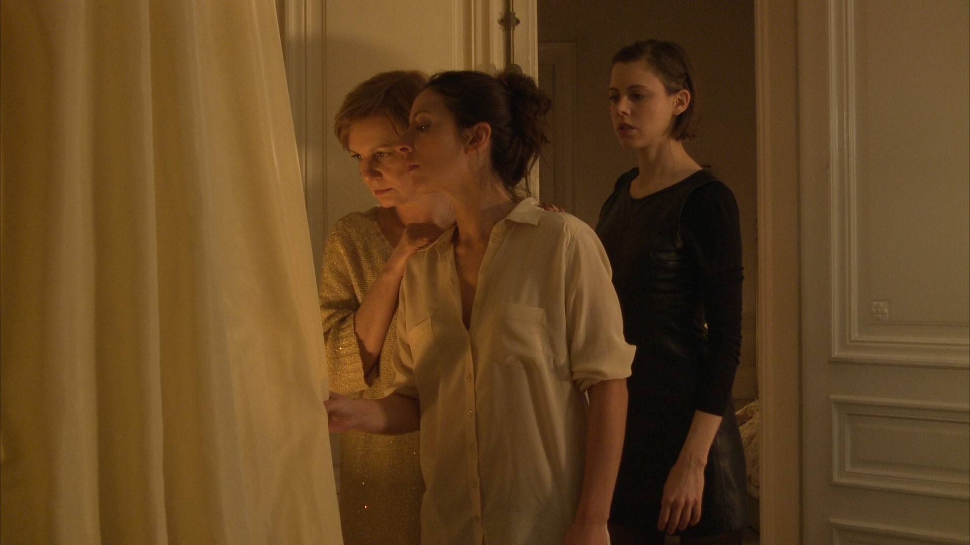 「法國情慾名導」新作《魔鬼誘惑》陌生手機驚見私密照!法比亞娜芭貝「揪兩女」床上磨蹭