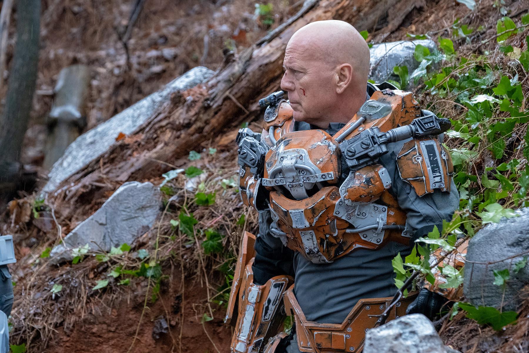 《終極異噬界》布魯斯威利變身戰鬥鋼鐵人 力抗外星活屍攻佔地球