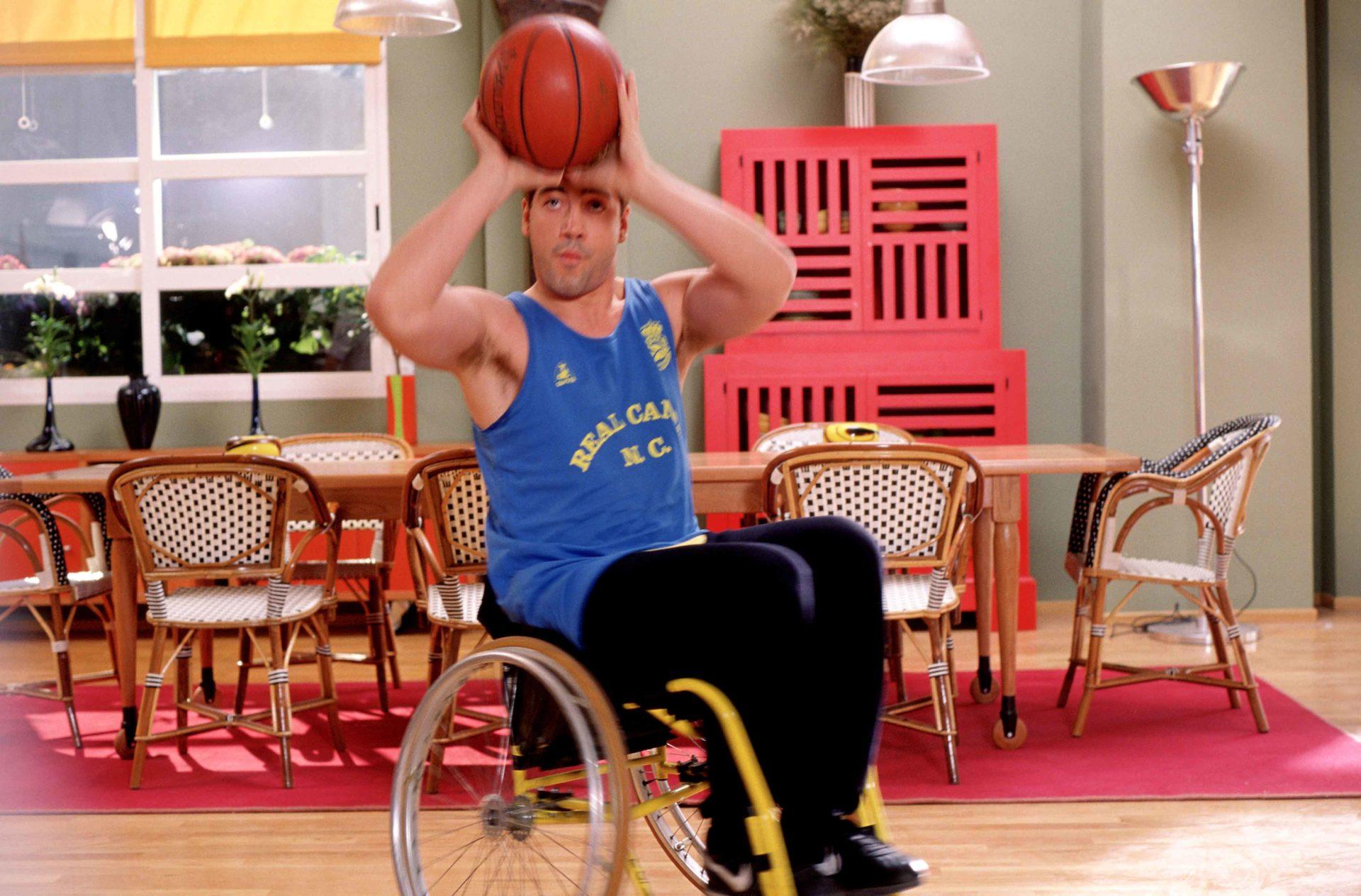 《顫抖的慾望》潘妮洛普克魯茲公車產子成頭條 哈維爾巴登成身障籃球員擁美人輪椅親熱