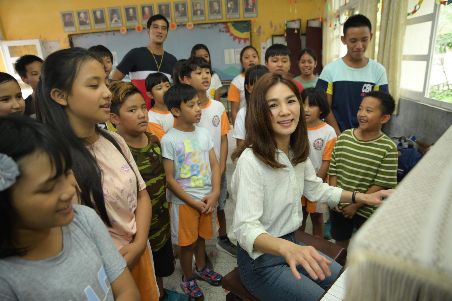 《聽見歌 再唱》Ella大展內斂演技 勤練鋼琴只為演好流浪教師