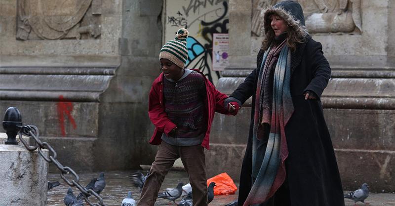 《巴黎星空下》角色原型竟出自女巫 致敬《賣火柴的小女孩》扭轉社會對街友刻板印象