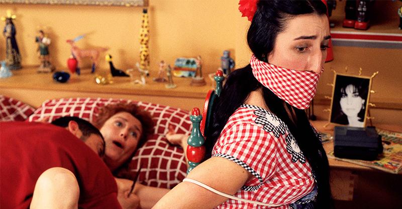 《愛慾情狂》女化妝師在家遭歹徒性侵得逞 無良節目主持人冷血將犯案影片全程播出