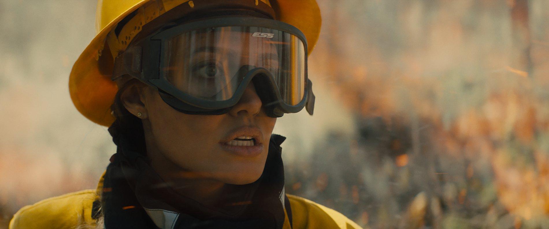 《那些要我死的人》安潔莉娜裘莉演空降消防員「每天300個伏地挺身」訓練 親自從6層樓高防火塔跳下