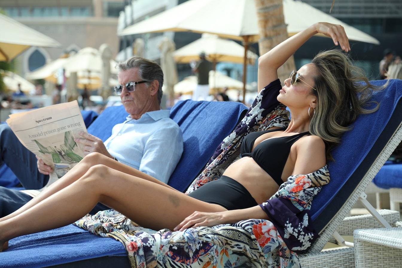 《偷天俠盜團》皮爾斯布洛斯南化身「高傲劫匪」 第五代007帥氣不減狂撩年下女