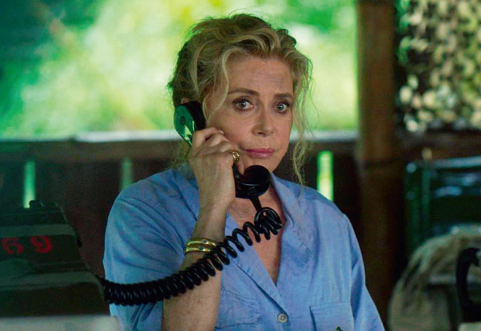 《野蠻糾碴隊》法國女星深入雨林拍戲摔斷腿 惡婆婆凱薩琳丹妮芙壞壞惹人愛